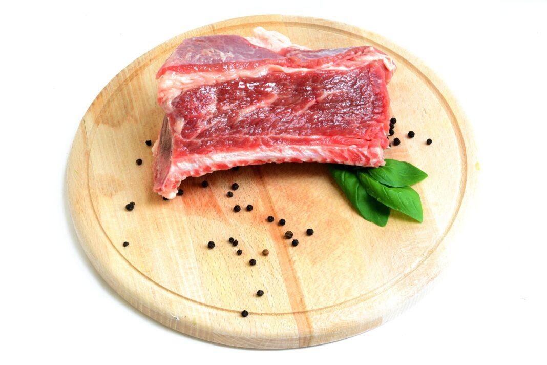 Mangiare carne scaduta: ecco cosa potrebbe accadere al nostro corpo