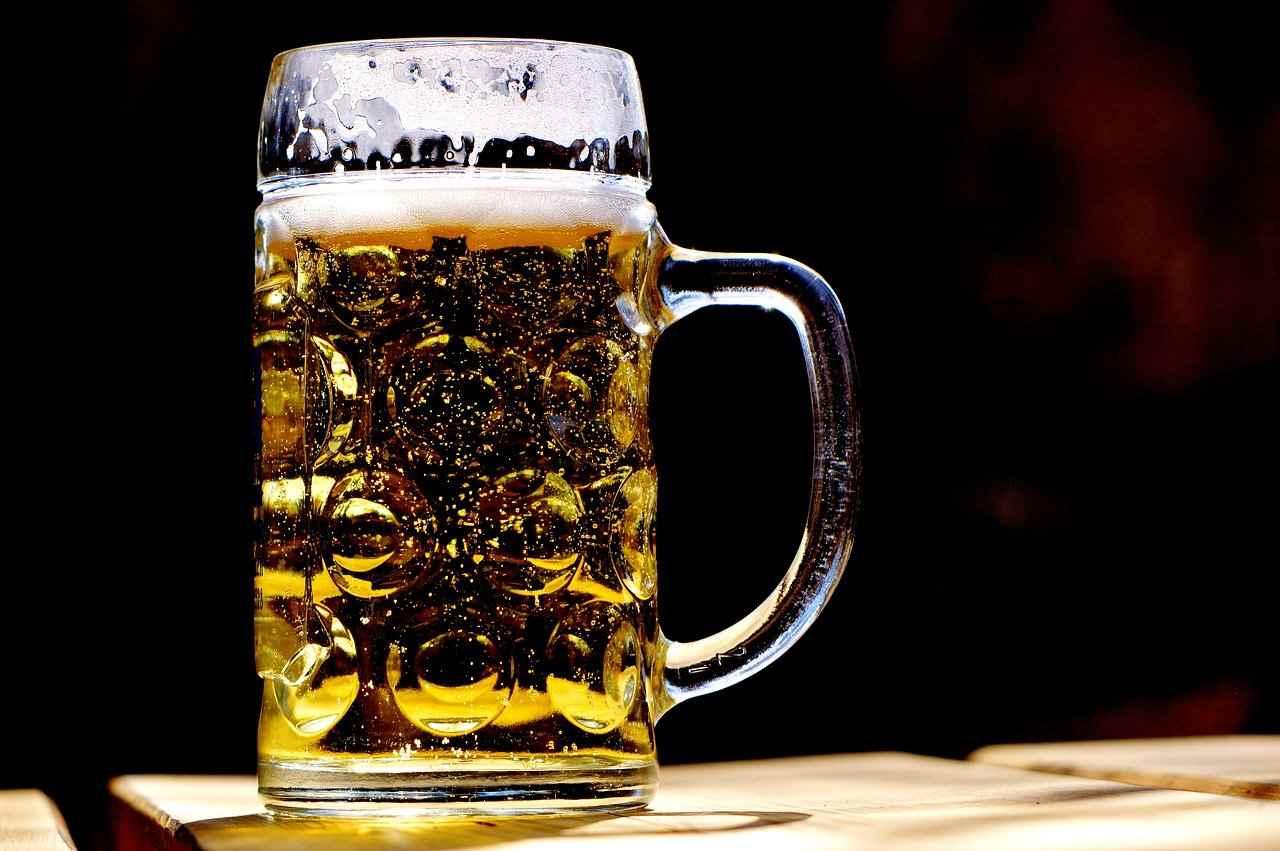 Perché non bisogna bere la birra dopo avere mangiato?